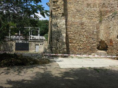 Башня Константина разрушается в Феодосии