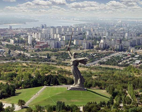 Volgograd_and_the_Motherland_statue.jpg