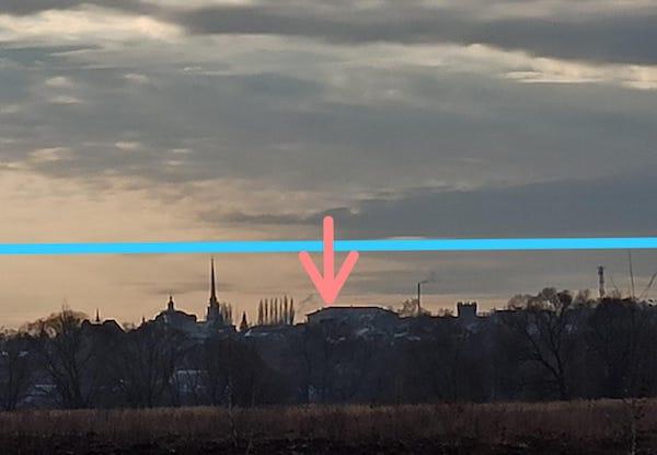 Фото: Красная стрелка - то, как сейчас выглядит здание на месте задуманного строительства. Голубая линия - высота 16-ти этажей, которая будет вровень со шпилем Ильинского храма.